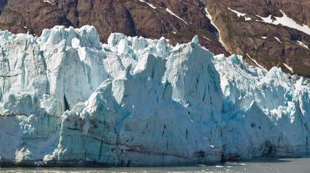 alasca : Time-lapse view of a big blue ice glacier in the foreground of a rocky mountain,shot during the day from the side of a traveling cruise ship on June 2nd,2009 in Glacier Bay,Alaska Vídeos
