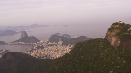 Рио : Long shot aerial pan of Rio de Janeiro, including Christ atop Corcovado, Guanabara Bay, and Sugarloaf mountain. Стоковые видеозаписи