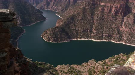 rekreasyon : Slow pan of Flaming Gorge from right to left at Red Canyon overlook, in Utah.