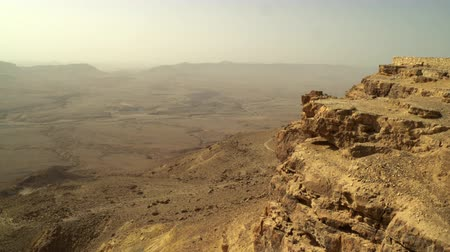 bordas : Mitzpe Ramon Crater in Israel. Vast landscape of the crater bottom and the southwest crater walls in the far background and the golden cliff edge in the near right frame. Shot with the Red One digital camera at 4k 4096 x 2304 resolution. 02252011