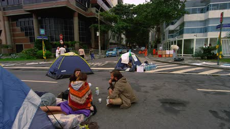 protesto : Slow pan of protest on the street in Rio de Janeiro, Brazil. Some tents are also seen in the video. Vídeos