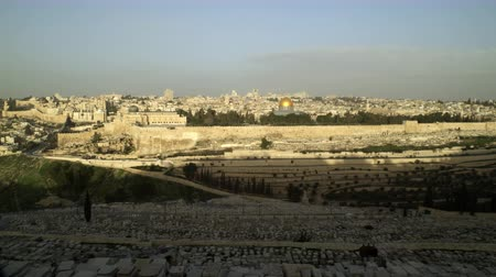 jerozolima : Pan shot of Old Jerusalem in Israel,just as the sun illuminates the eastern wall of the Temple Mount,with the Kidron Valley and the cemetery on the Mount of Olives is still under shadow in the foreground. Shot with the Red One digital camera at 4k 4096 x  Wideo