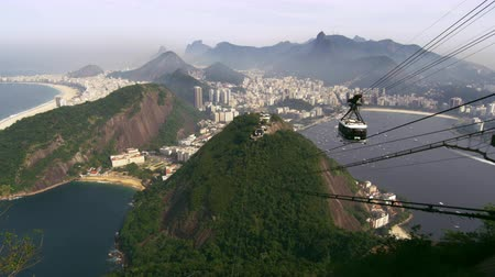 brazília : Shot of cable car going up the mountain in Rio de Janeiro, Brazil Stock mozgókép