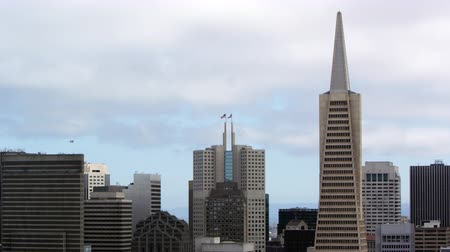 pyramida : Pan of San Francisco skyscrapers, focusing on the Transamerica Pyramid building,San Francisco