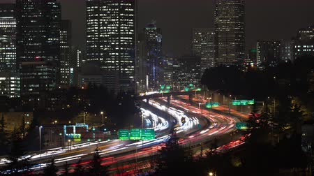 реальное время : Time lapse of the inner city and traffice on highway 5 in Seattle at night.