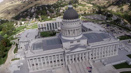 государство : Aerial pan of the Utah State Capitol Building.