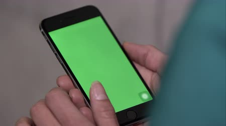 osoba : Up close shot of someone using smartphone with green screen. holding vertical and zooming. Wideo