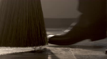 ágak : Sweeping hair clippings on floor Stock mozgókép