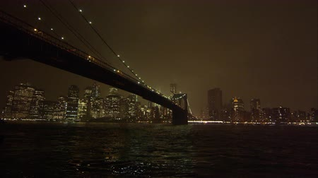 império : Static view at night overlooking the East River and the Brooklyn Bridge. Stock Footage