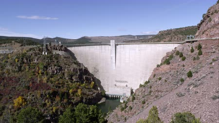 rekreasyon : Panning view of the Flaming Gorge Dam from right to left.