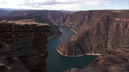 kordé : Downward panning view of Flaming Gorge from Red Canyon overlook, in Utah.