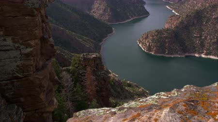 pomost : Dolly shot overlooking Flaming Gorge from Red Canyon overlook, in Utah. Wideo