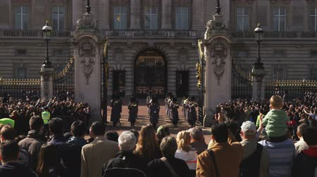 tocht : Medium wide shot van de wisseling van de wacht bij Buckingham Palace Stockvideo