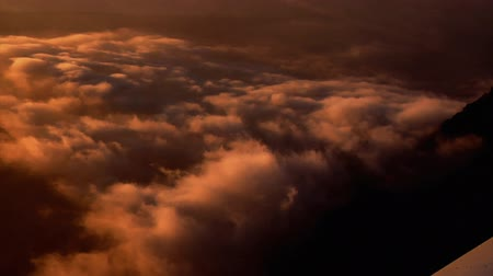bílé mraky : Aerial shot of clouds over Utah while riding an airplane. This shot was taken at sunset. Dostupné videozáznamy