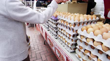 хорошее здоровье : Slow pan of fresh eggs for sale at an open market in San Francisco