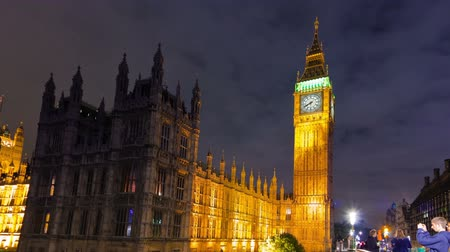 парламент : Time-lapse in the evening of the bridge leading to Big Ben and Westminster in London, England. Filmed in October 2011. Panning shot.