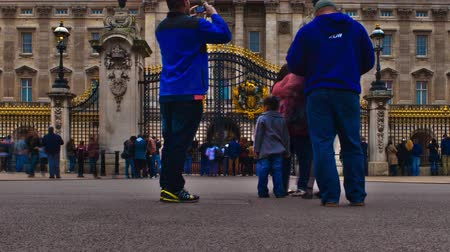 governo : Tracking time-lapse of Buckingham Palace from in front of its gates with lots of tourists. Filmed in London in October 2011. Cropped. Vídeos