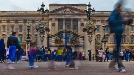 viktoriánus : Time-lapse of Buckingham Palace with tourists all around it in London, England. Filmed in October 2011. Panning shot. Stock mozgókép