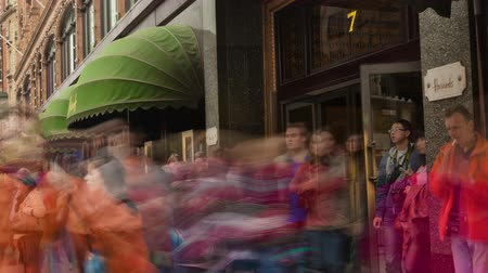 viktoriánus : Time-lapse of Harrods as people walk back and forth down the sidewalk in London, England. Filmed in October 2011. Cropped.