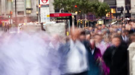 odzież : Time-lapse shot of people walking on the London Bridge and red double decker buses passing by in London, England. Filmed in October 2011. Panning shot.