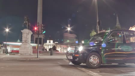 dvojitý : Tracking time-lapse of Nelsons Column filmed from the street at Charing Cross, London. Traffic is passing by around the roundabout. Filmed at night in October 2011. Cropped.