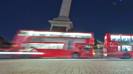 sütun : Tracking time-lapse of Nelsons Column in Trafalgar Square, London. Traffic is passing by around the roundabout. Filmed in October 2011. Cropped.