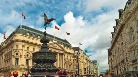 bronz : Time-lapse of people around the Shaftesubury Memorial and Statue of Anteros in Piccadilly Circus in London. Filmed in October 2011. Panning shot. Stok Video