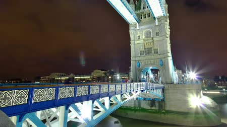Лондон : Time-lapse shot in the evening of the Tower Bridge in London, England. Filmed in October 2011. Cropped. Стоковые видеозаписи