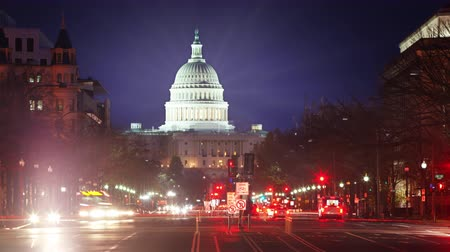 demokratický : TIme lapse of the US Capitol at night with flares and traffic moving. Dostupné videozáznamy