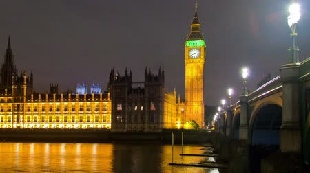 парламент : Time-lapse shot in the evening of Westminster, Big Ben and the bridge in London, England. Filmed in October 2011. Cropped.