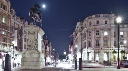 konie : Slider time-lapse of Big Ben seen from Charing Cross, looking down Whitehall. The equestrian statue of King Charles I is also seen. Filmed at night in London in October 2011. Cropped.