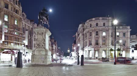 konie : Slider time-lapse of Big Ben seen from Charing Cross, looking down Whitehall. The equestrian statue of King Charles I is also seen. Filmed at night in London in October 2011. Panning shot.