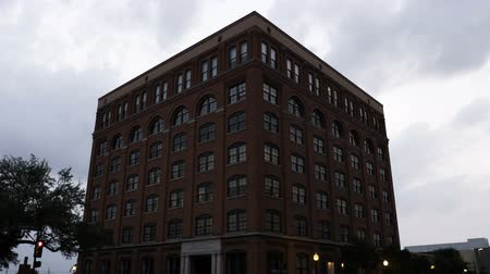 maintenant : Une vidéo encore de l'ex-Texas School Book Depository, maintenant le Sixth Floor Museum. C'est là Lee Harvey Oswald Prise de JFK.