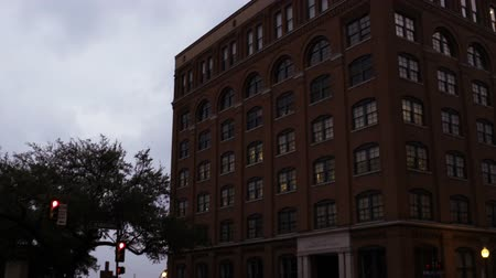 ügyintézés : A pan up and to the right from Dealey Plaza to the Sixth Floor Museum, formerly the Texas School Book Depository entrance.