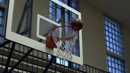 velg : Close-up slow motion shot van een gemiste basketbal schot.