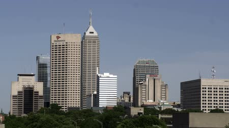 Észak amerika : A left panning shot of the cityscape of Indianapolis, Indiana. Includes the One America Building, the Chase Building, and the Market Tower.