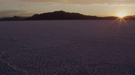západ : Aerial pan of Utahs Salt Flats during sunset. Dostupné videozáznamy
