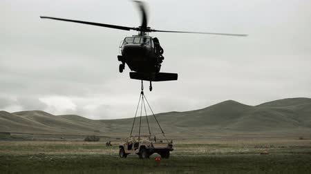 щит : Shot of Black Hawk helicopter landing a Humvee. Green Beret United States Army Special Forces. Стоковые видеозаписи