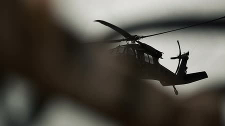 gotas : Shot of Black Hawk helicopter doing flyby. Green Beret United States Army Special Forces. Vídeos