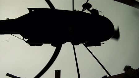 piloto : Shot from payload of Black Hawk helicopter lifting payload. Green Beret United States Army Special Forces.