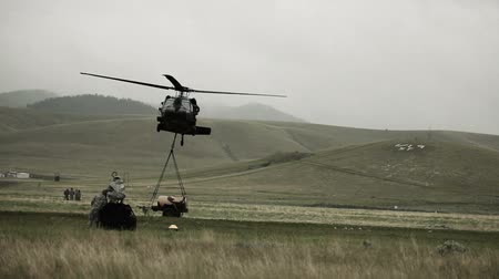 pilóta : Shot from field of Black Hawk helicopter dropping cargo. Green Beret United States Army Special Forces. Stock mozgókép