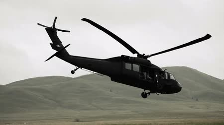 sas : Follow shot from field of Black Hawk taking off. Green Beret United States Army Special Forces. Stock mozgókép