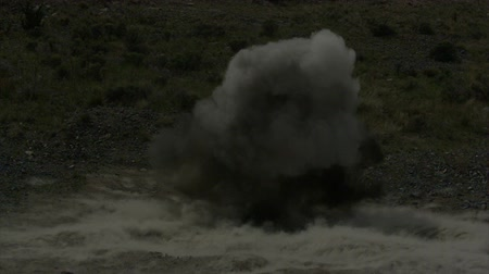mise : Fiery explosion in slow motion at blasting area; ground shockwave visible. Green Beret United States Army Special Forces. Dostupné videozáznamy