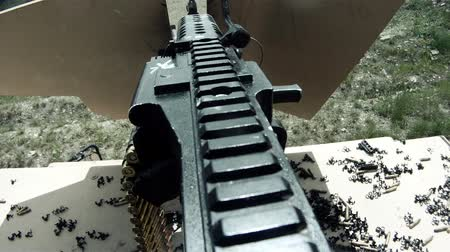 ouvido : Stationary shot from the interior of a stationary military humvee. Machine gun shots can be heard and shells drop down onto the hood of the vehicle. Green Beret United States Army Special Forces