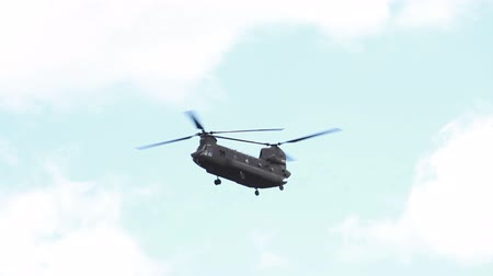 modrá obloha : Panning shot following a CH-47 Chinook Helicopter as it flies with a sky background. It is coming in to land. From a training for Green Beret United States Army Special Forces. Dostupné videozáznamy