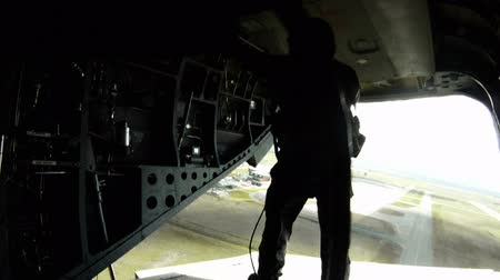 samoloty : Footage showing soldiers at the back hatch of a CH-47 Chinook helicopter. They are preparing to skydive from the helicopter. From the point of view of a crew member. Part of a training with the Green Beret United States Army Special Forces. Wideo