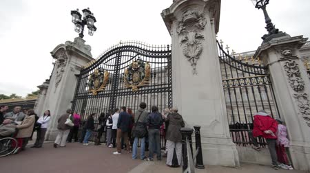 żelazko : People stand outside the gates of Buckingham Palace in London, England on October 8, 2011.