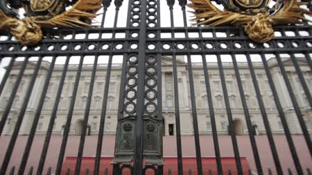 králové : A moving shot of the front gates at Buckingham Palace, camera travels through the rods of the gate focusing on the palace in London, England on October 8, 2011.