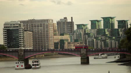 Лондон : Lambeth Bridge and cars crossing it with buildings in the background in London, England. Filmed on October 9, 2011.