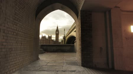 zegar : A shot of Big Ben from a tunnel underneath Westminster Bridge in London, England on October 9, 2011.